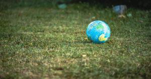 Ballon monde posé sur la terre